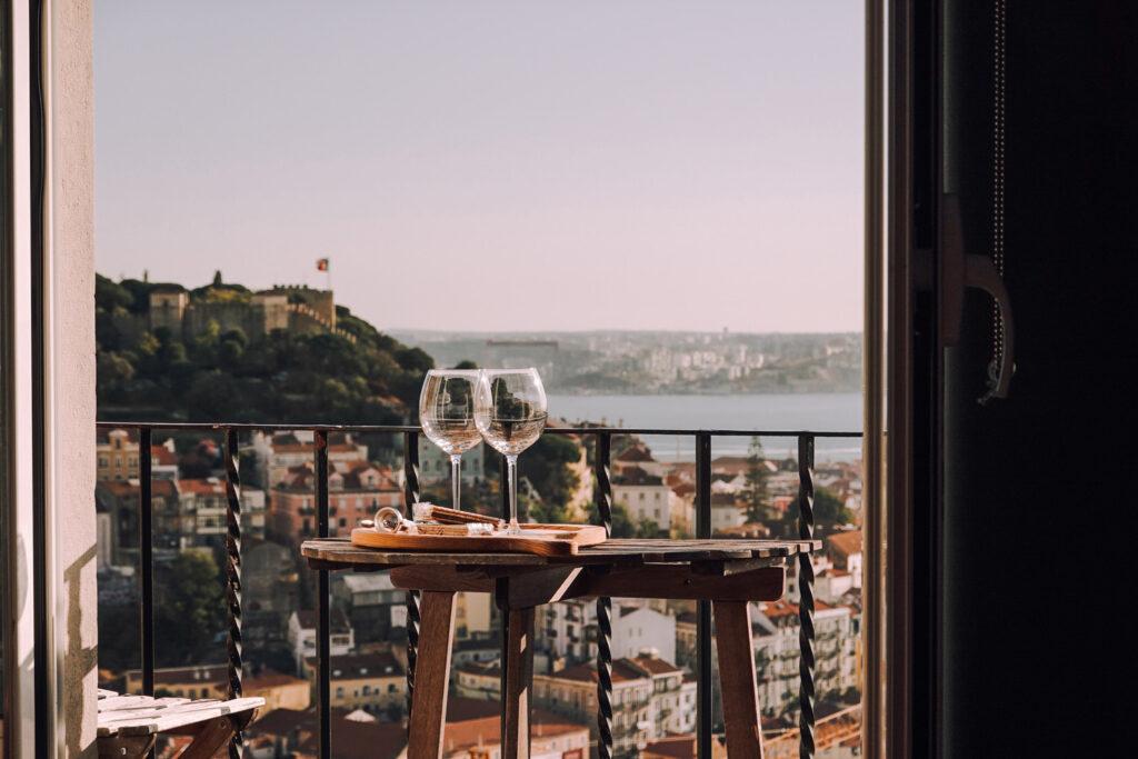 две чаши вино и гледка