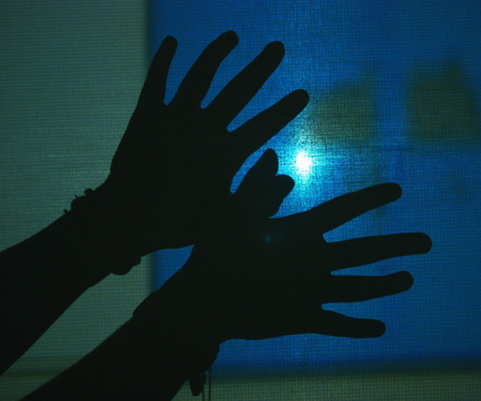 две ръце пред екран