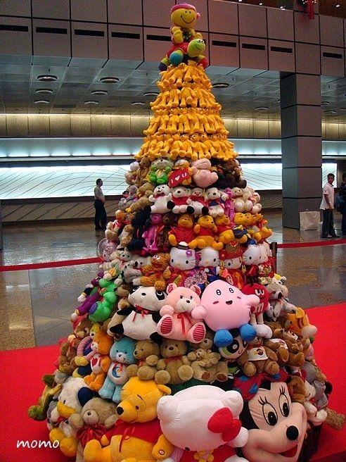 коледна елха с плюшени играчки
